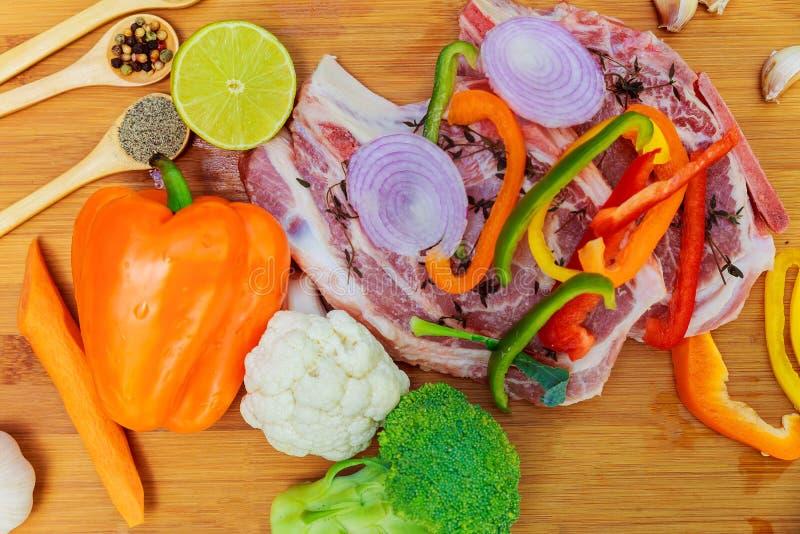 Pokrojeni kawałki surowy mięso dla grilla na drewnianej powierzchni, menu kulinarni przepisy Jedzenie, stek, wołowiny bbq, pomido obraz stock