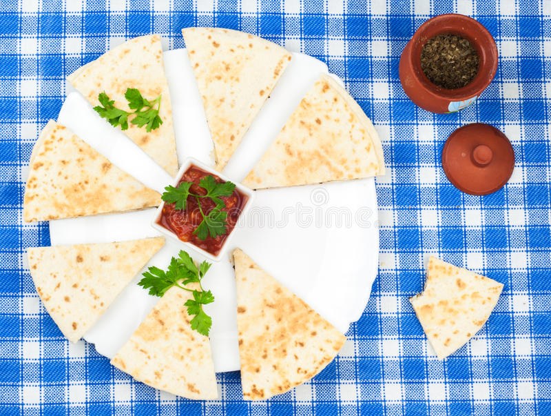 Pokrojeni tortillas z basilem na półmisku zdjęcie royalty free
