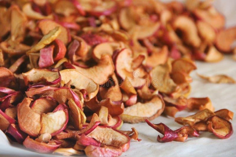 Pokrojeni wysuszeni jabłka _ Wysuszony jabłczany tło zdjęcia stock