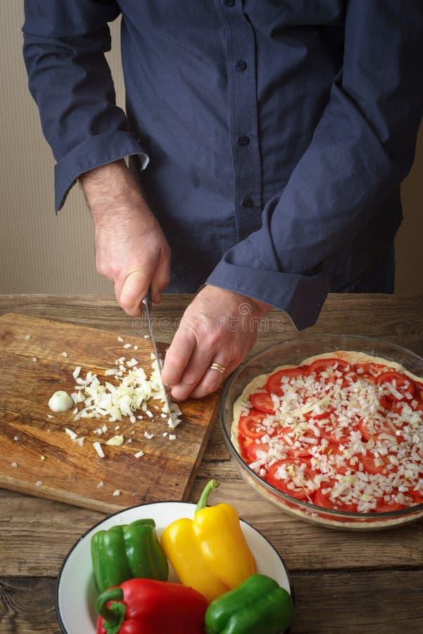 Pokrojona cebulkowa pizza na tnącej desce obraz royalty free