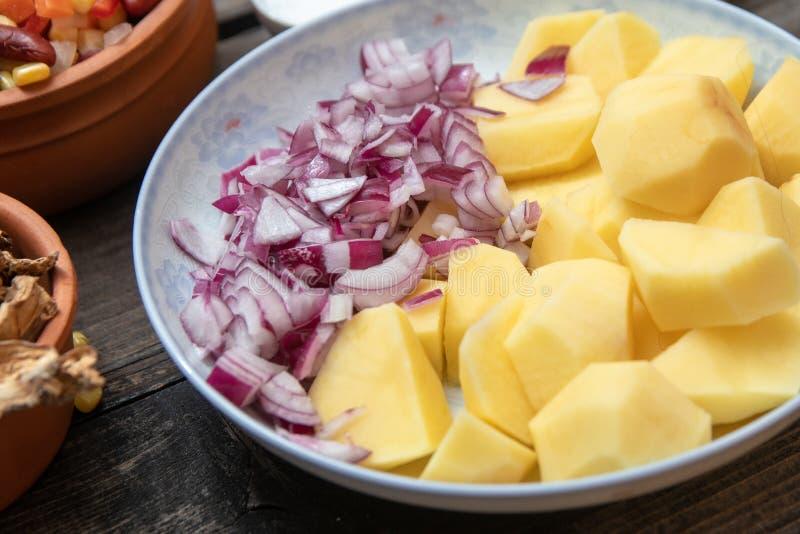 Pokrojona grula, cebula na ceramicznym talerzu, warzywa, pikantność i suszyć pieczarki w tle, inni, zdjęcie royalty free