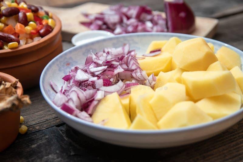 Pokrojona grula, cebula na ceramicznym talerzu, warzywa, pikantność i suszyć pieczarki w tle, inni, obrazy stock