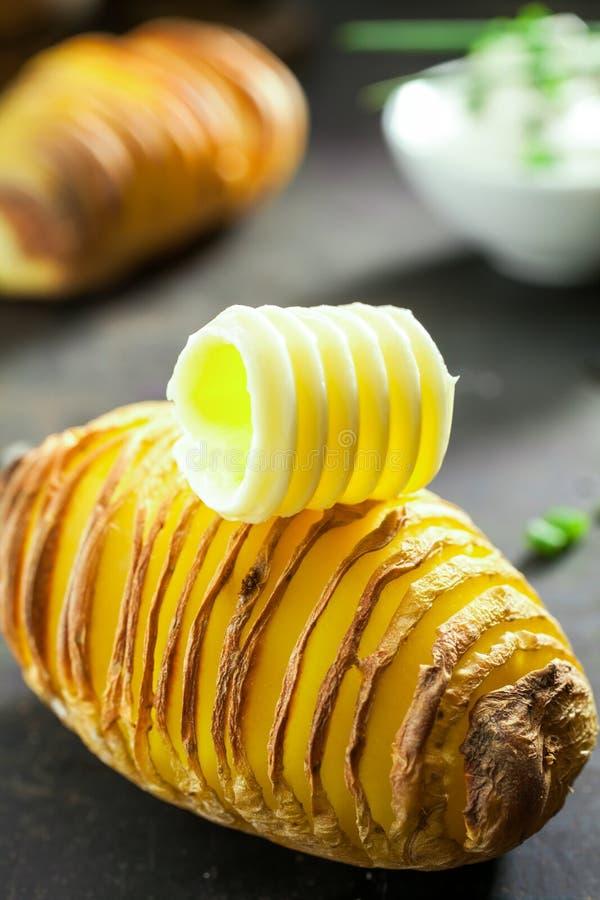 Pokrojona grula piec w folii z masłem obrazy royalty free