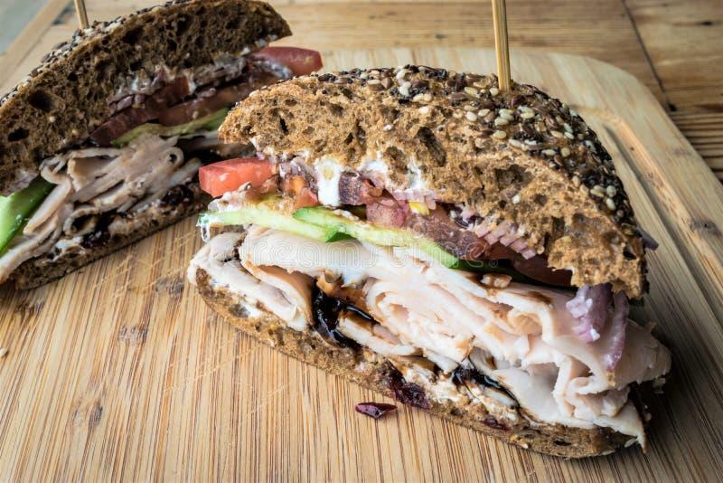 Pokrojona Indycza kanapka na drewnianym półmisku fotografia stock