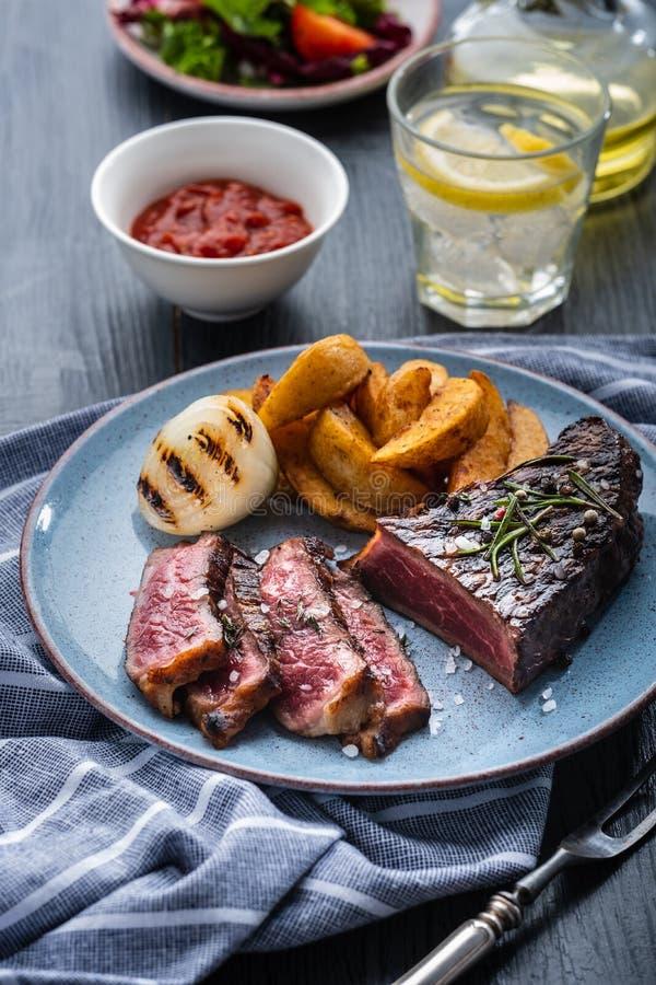 Pokrojona piec na grillu stek wołowina Wołowina stku środek z grulą i fr fotografia stock