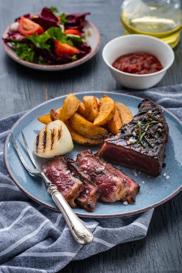Pokrojona piec na grillu stek wołowina Wołowina stku środek z grulą i fr zdjęcia royalty free