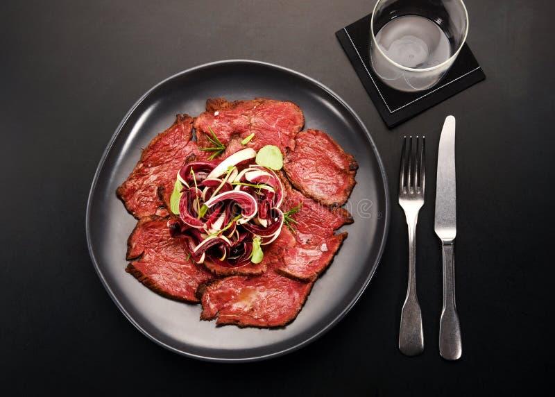 Pokrojona zimna pieczona wołowina z świeżą radicchio sałatką obrazy stock