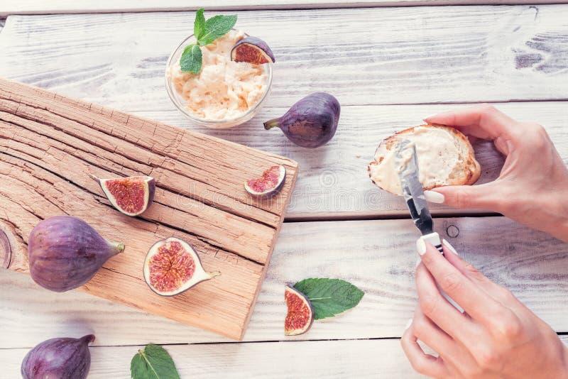 Pokrojone figi z ricotta i chleba opiekaczem obrazy royalty free
