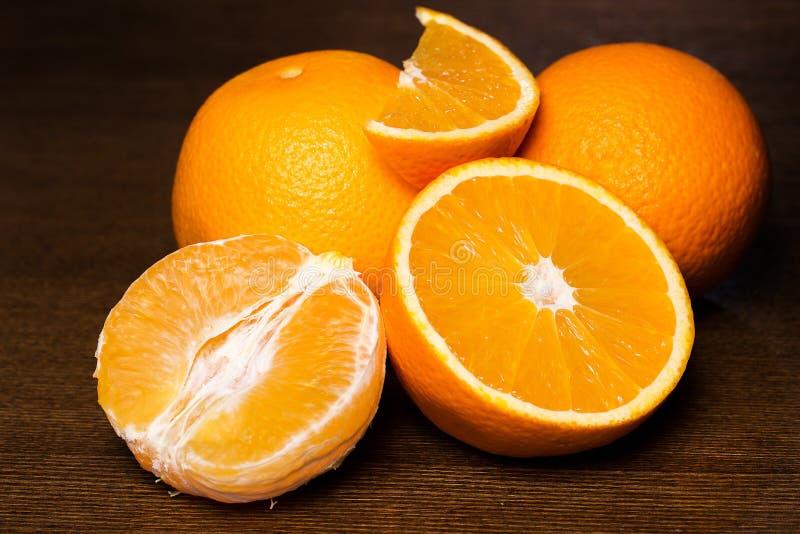 Pokrojone i całe pomarańcze fotografia stock
