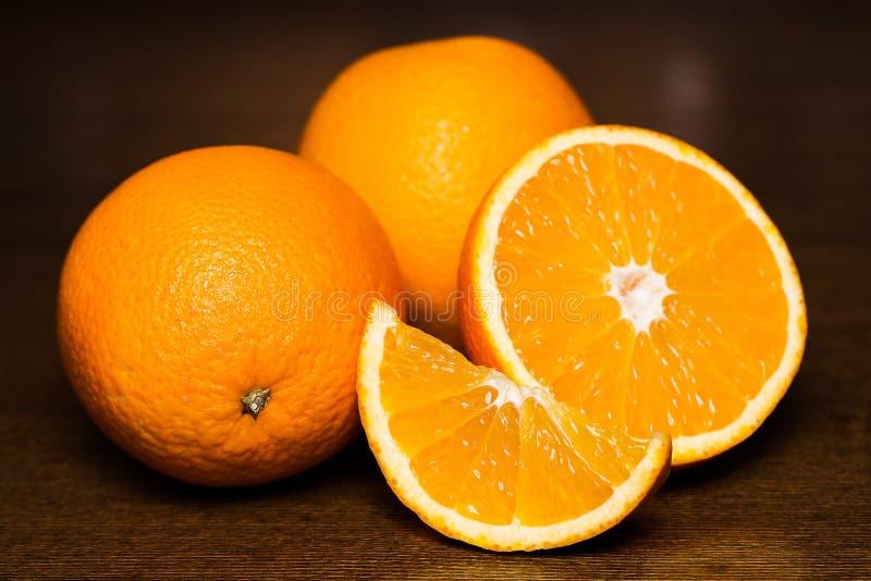 Pokrojone i całe pomarańcze obraz stock
