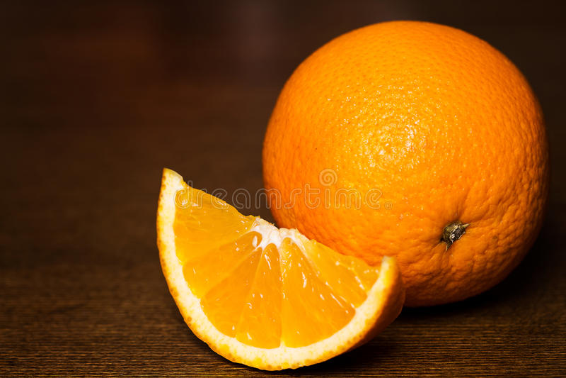 Pokrojone i całe pomarańcze zdjęcie royalty free
