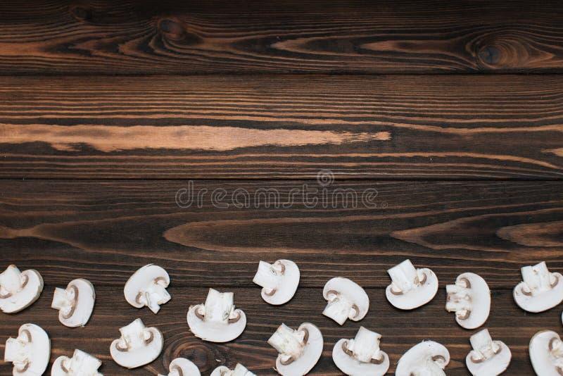Pokrojone pieczarki na drewnianym tle zdjęcie stock