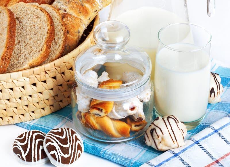 Pokrojonego chleba i czekoladowego układu scalonego ciastka z mlekiem fotografia stock