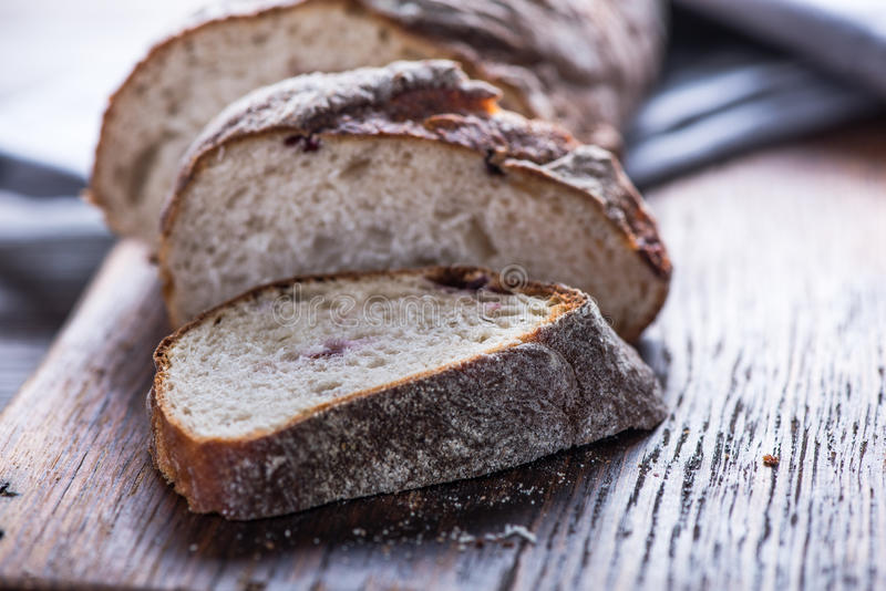 Pokrojonego rzemieślnika chlebowy bochenek fotografia royalty free