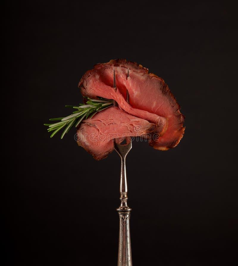 Pokrojony średni rzadki piec na grillu pieczonej wołowiny ribeye stek zdjęcie royalty free