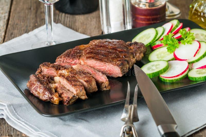 Pokrojony średni rzadki piec na grillu wołowina stek Ribeye obraz royalty free