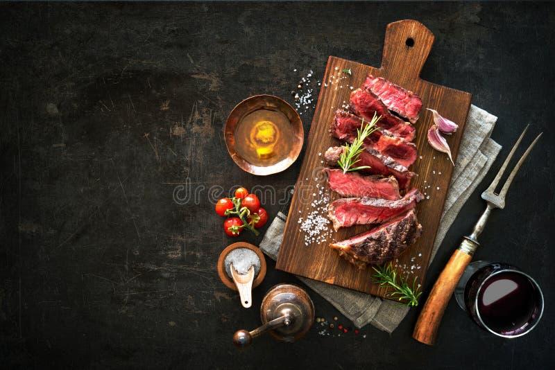Pokrojony średni rzadki piec na grillu wołowiny ribeye stek fotografia royalty free