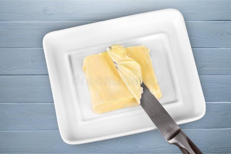 Pokrojony świeży masło fryzuje w białym zbiorniku dalej fotografia stock