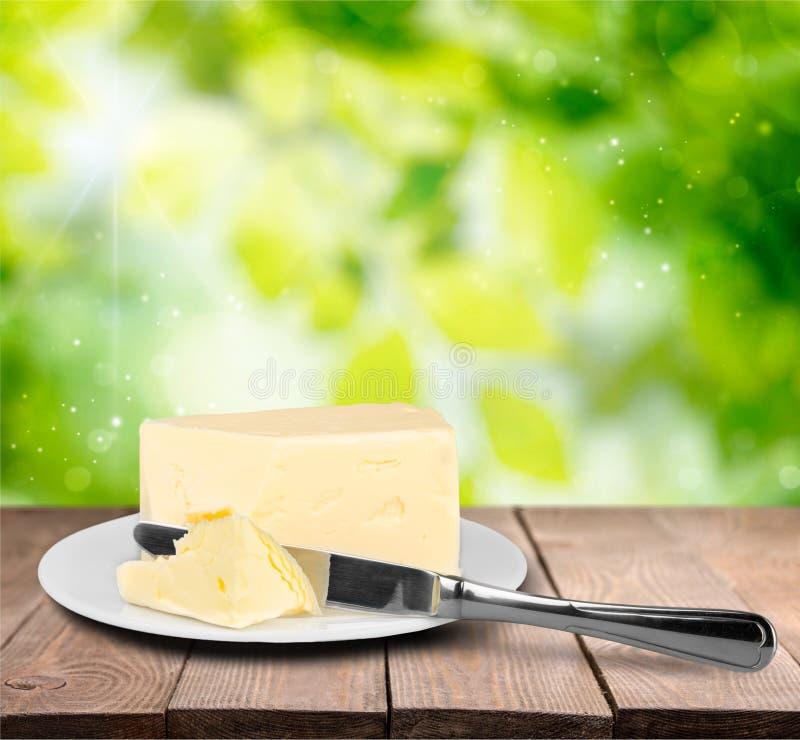 Pokrojony świeży masło na bielu talerzu zdjęcia royalty free
