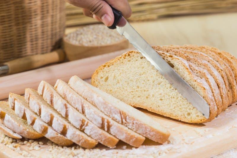 Pokrojony świeży nieociosany chleb zdjęcie royalty free