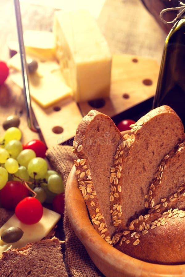 Pokrojony żyto chleb w drewnianej desce fotografia royalty free
