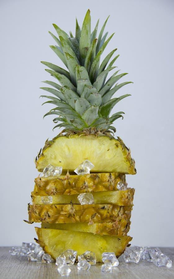 Pokrojony ananas na stole zdjęcie royalty free