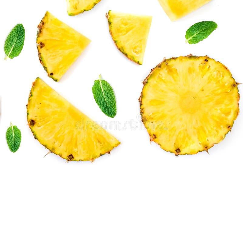 Pokrojony ananas Odizolowywający Ananasowi kawałki z zieleni mennicą l zdjęcia royalty free