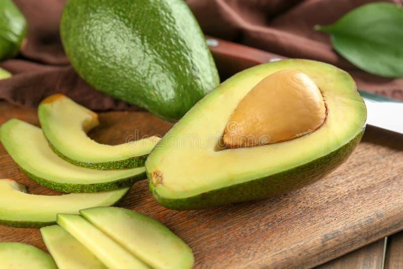 Pokrojony avocado na drewnianej desce fotografia stock