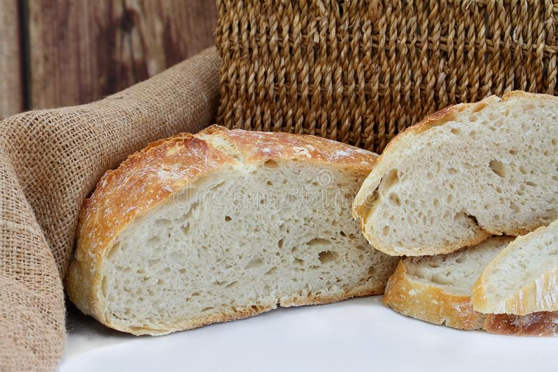 Pokrojony bochenka rzemieślnika chleb obrazy royalty free