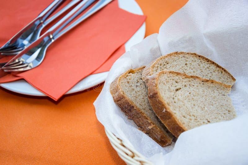 Pokrojony chleb i cutlery fotografia stock
