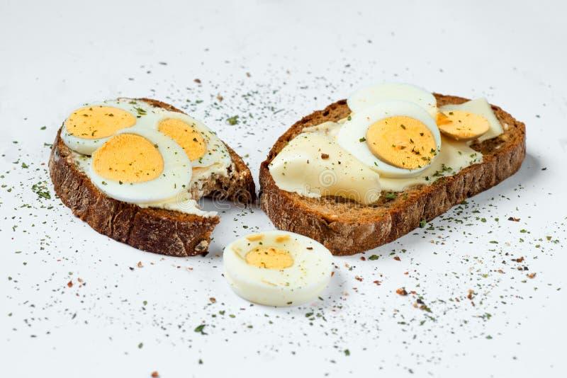Pokrojony chleb z gotowanym jajkiem obraz stock