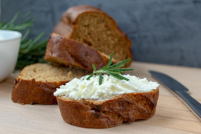 Pokrojony chleb z lekkim serem na drewnianej desce obraz stock