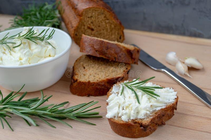 Pokrojony chleb z lekkim serem na drewnianej desce zdjęcie royalty free