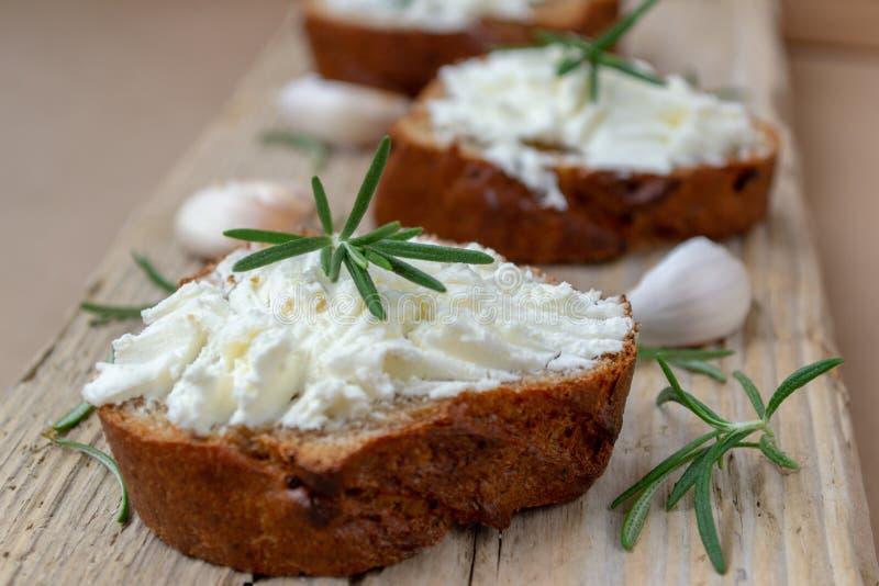 Pokrojony chleb z lekkim serem na drewnianej desce zdjęcia royalty free