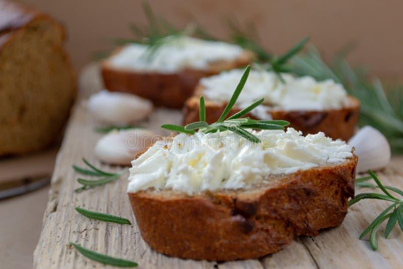 Pokrojony chleb z lekkim serem na drewnianej desce obraz royalty free