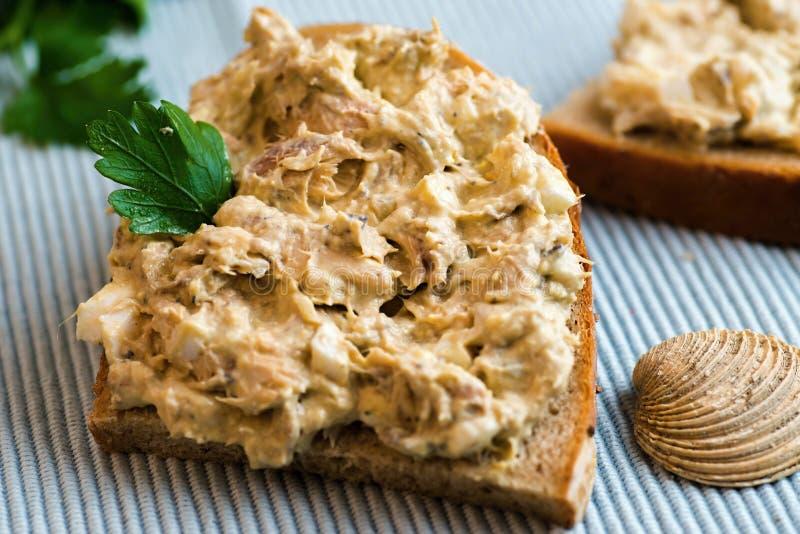 Pokrojony chleb z ryby rozszerzaniem się, liść, skorupa na błękicie obraz stock
