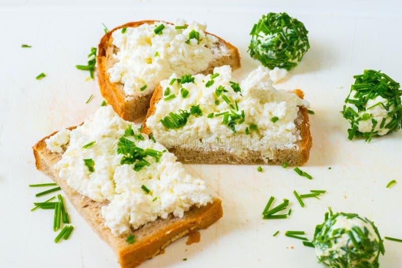 Pokrojony chleb z serem rozprzestrzeniającym i piłkami z szczypiorkiem zdjęcia stock