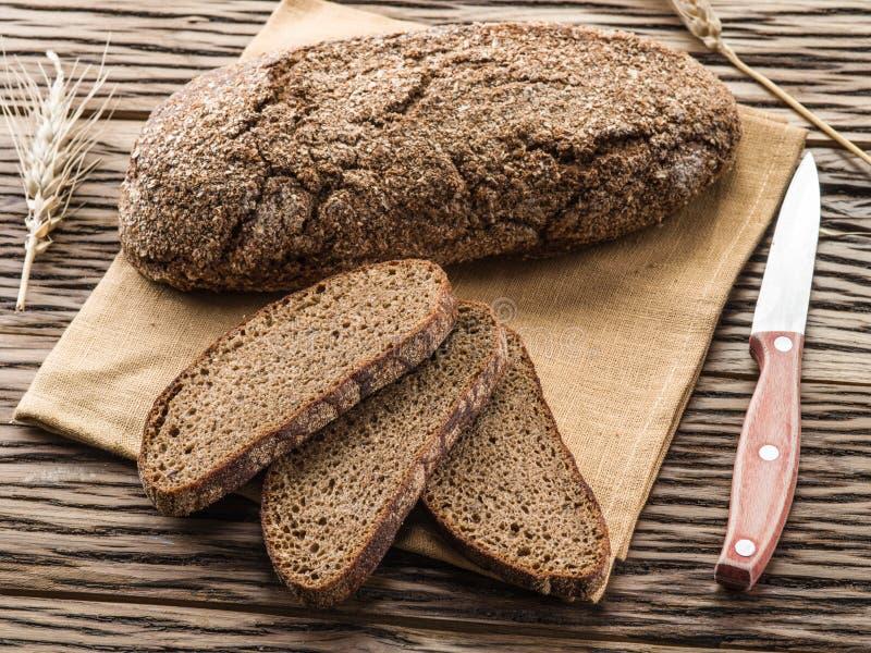 Download Pokrojony Czarny Chleb Na Drewnianej Desce Obraz Stock - Obraz złożonej z deska, batuta: 57652481
