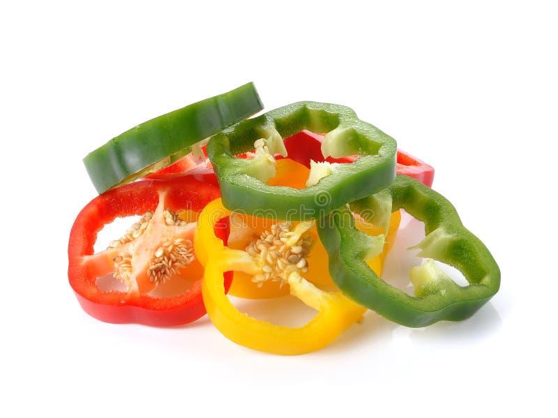 Pokrojony czerwony żółty zielony pieprz odizolowywający na bielu obraz stock