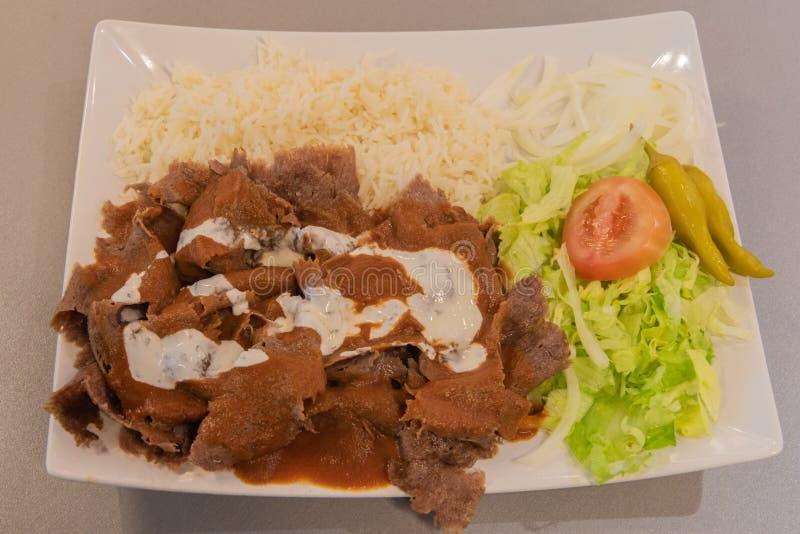 Pokrojony doner kebab z ryż i sałatką obraz stock