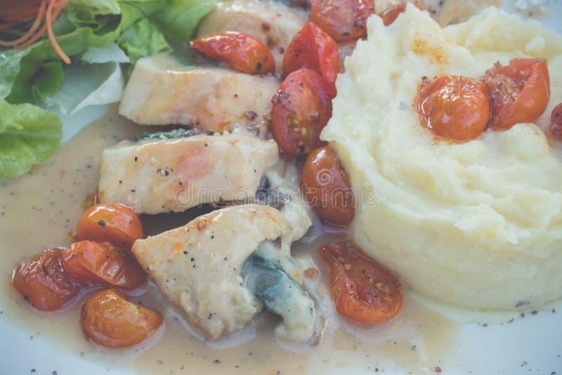 Pokrojony kurczak z puree ziemniaczane i pomidoru wiśnią w włoskim kumberlandzie włoska restauracja Bali wyspa pyszny obiad fotografia stock