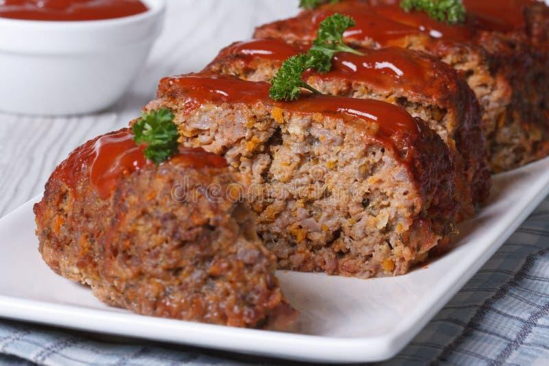 Pokrojony meatloaf z ketchupem i pietruszką horyzontalnymi fotografia royalty free