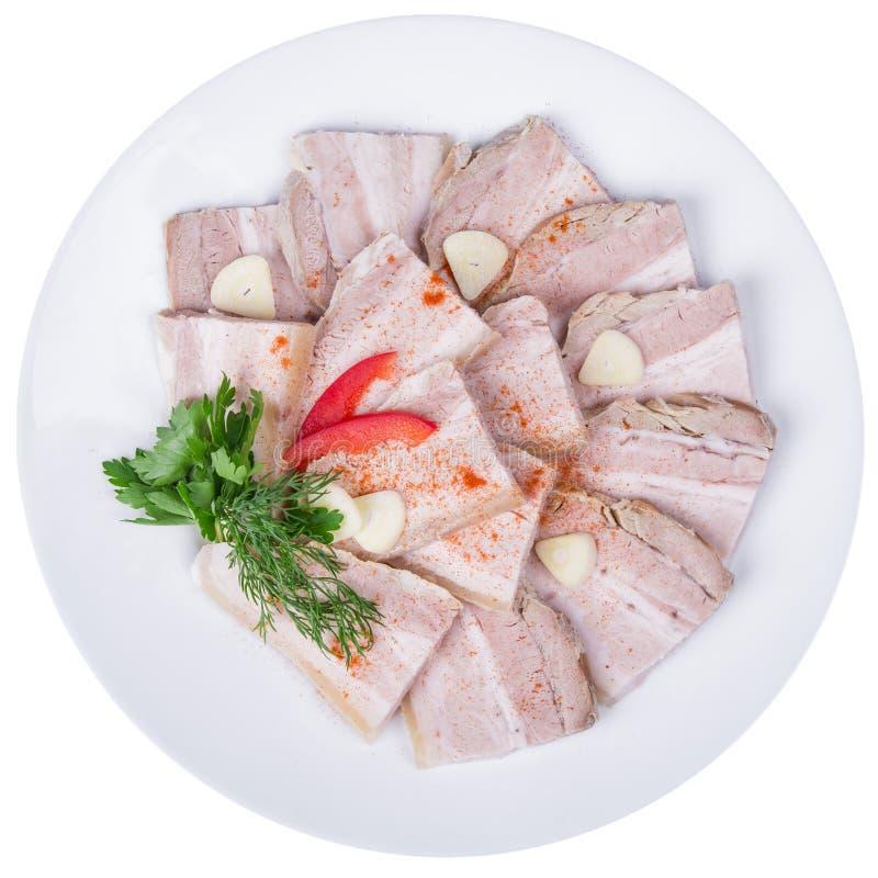 Pokrojony piec mięso z czosnkiem w talerzu fotografia stock
