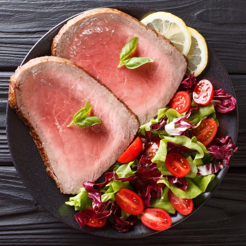 Pokrojony piec na grillu wołowina stek z świeżego warzywa sałatkowym zakończeniem dalej zdjęcia stock