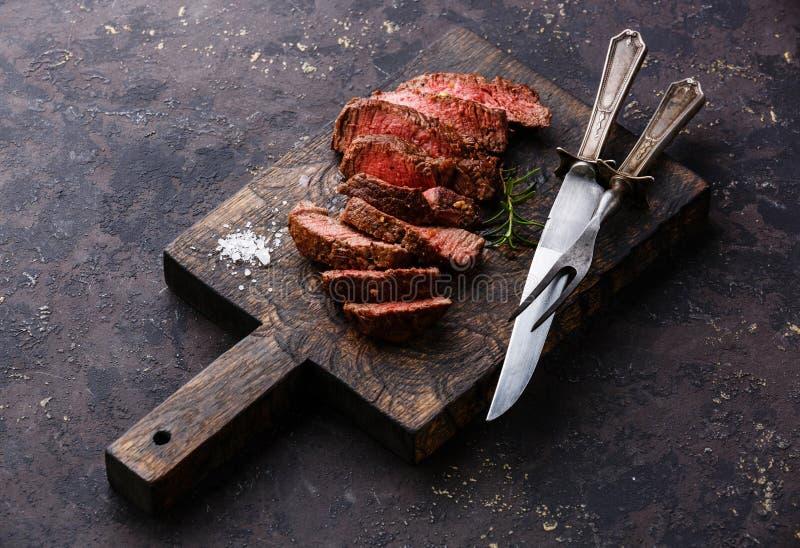 Pokrojony piec na grillu wołowina stek z nożem i rozwidleniem obrazy stock