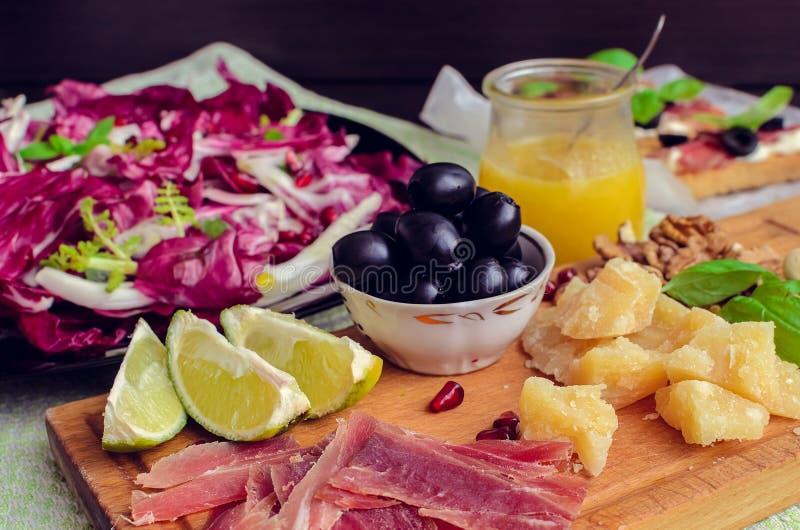 Pokrojony prosciutto z sałatką i oliwką zdjęcie stock
