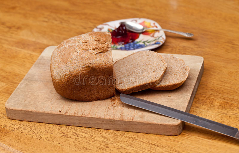 Pokrojony pszeniczny chleb i dżem zdjęcia stock