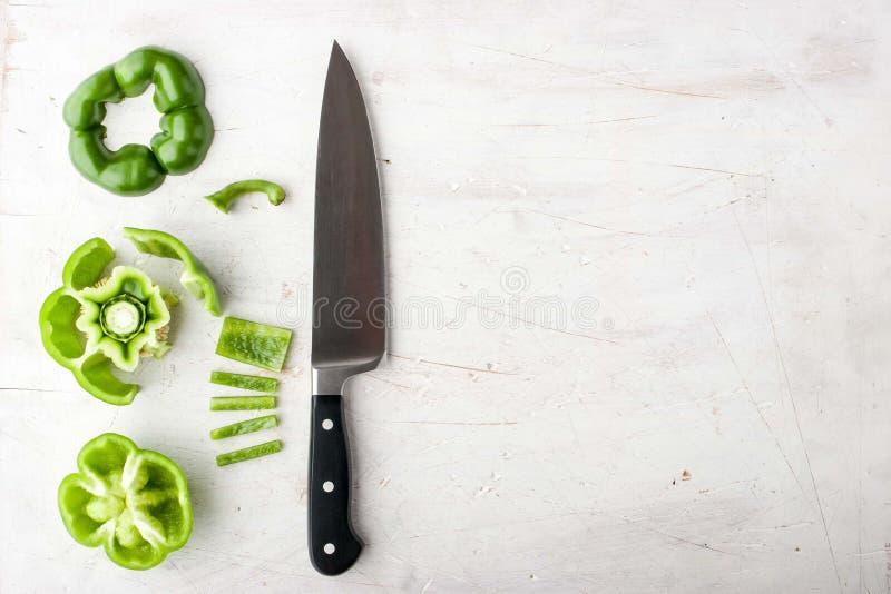 Pokrojony słodki pieprz z nożem na biały stołowy horyzontalnym obrazy royalty free