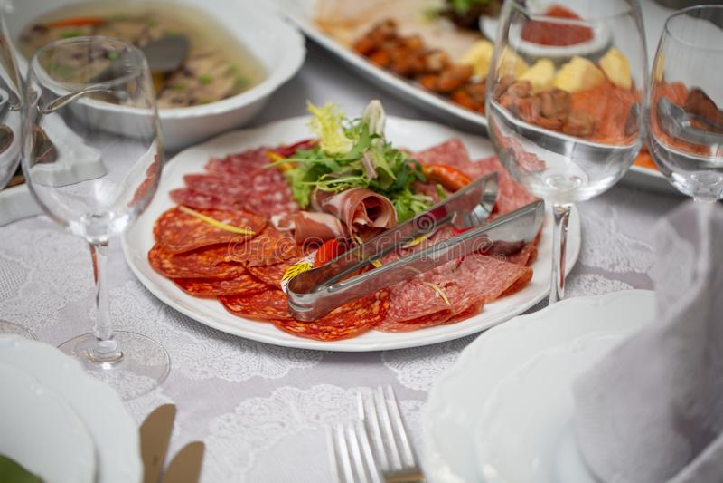 Pokrojony salami na talerzu obraz royalty free