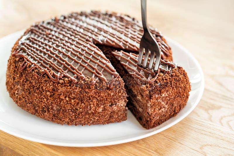 Pokrojony smakowity czekoladowy tort słuzyć na drewnianym stołowym tle Zatrzymuje diety pojęcie, kona i końcówkę dla zdrowego jed obraz royalty free